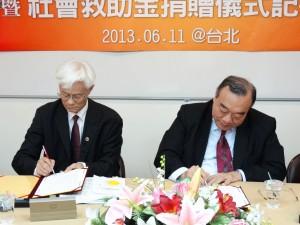 簡漢生理事長(右)、張曼新秘書長代表簽署倡議書。