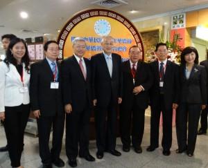吳副總統(左四)與陳士魁委員長(左三)、簡漢生理事長(右三)等人合影。