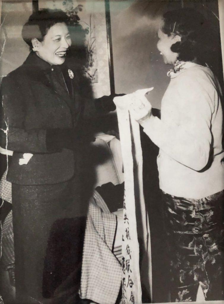 民國47年,創辦人董事長王德芬女士代表印尼雅加達婦女界蒞台,向蔣夫人致敬。